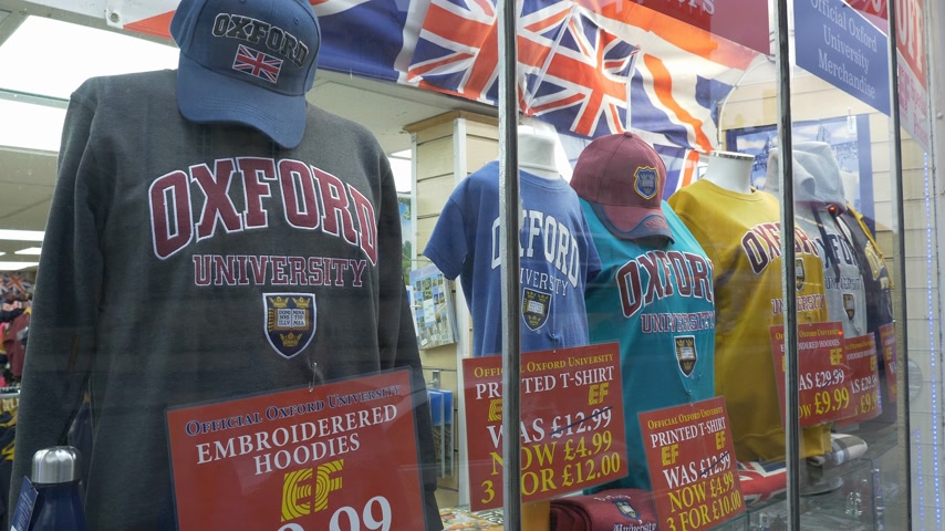 oxfordshire : Oxford University Souvenirs in a shop at High Street - OXFORD, ENGLAND - JANUARY 3, 2020 Stock Footage