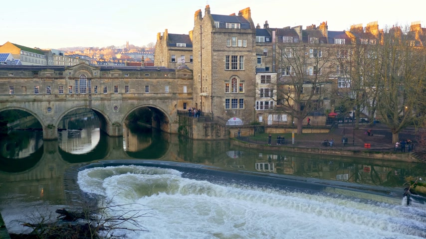világörökség : Pulteney Bridge in Bath England - BATH, ENGLAND - DECEMBER 30, 2019 Stock mozgókép