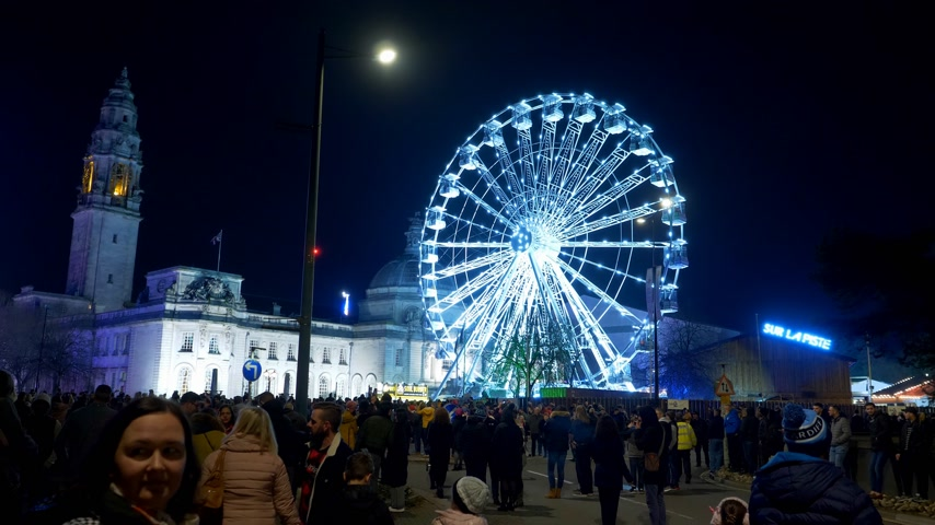 klasa : Ferris Wheel in the city of Cardiff in Wales by night - CARDIFF, WALES - DECEMBER 31, 2019