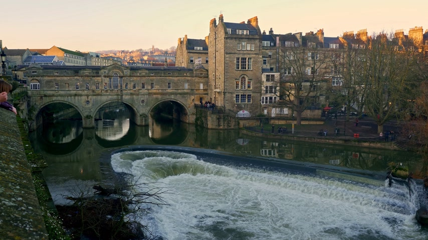 gürcü : Pulteney Bridge in Bath England - BATH, ENGLAND - DECEMBER 30, 2019 Stok Video