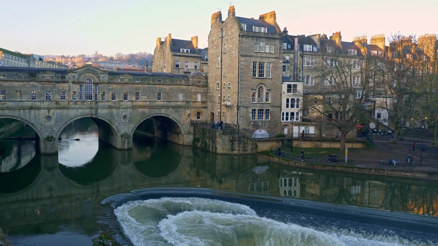 grúz : Pulteney Bridge in Bath England - BATH, ENGLAND - DECEMBER 30, 2019 Stock mozgókép