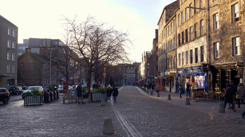 ilgi yeri : Beautiful Grassmarket in Edinburgh - EDINBURGH, SCOTLAND - JANUARY 10, 2020 Stok Video