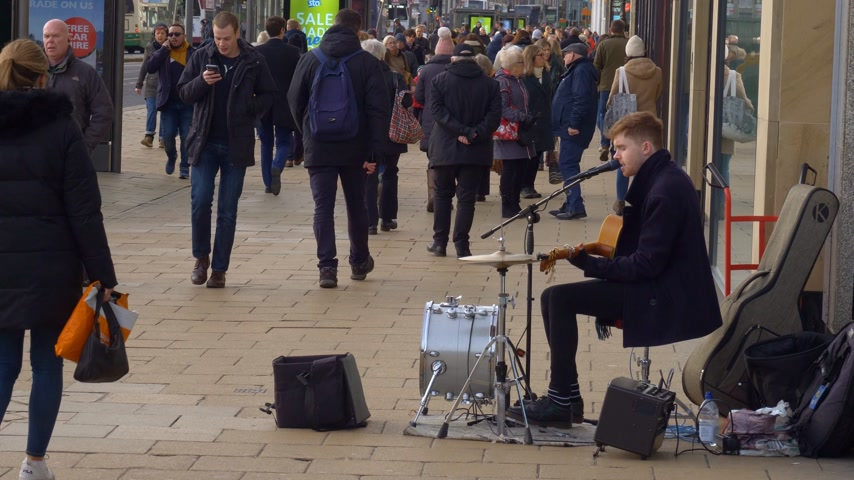 Straatmuzikant in Princes Street Edinburgh - EDINBURGH, SCHOTLAND - 10 JANUARI 2020