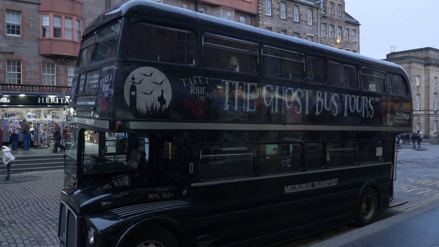 Ghost Bus Tours in de stad Edinburgh - EDINBURGH, SCHOTLAND - 10 JANUARI 2020 Stockvideo