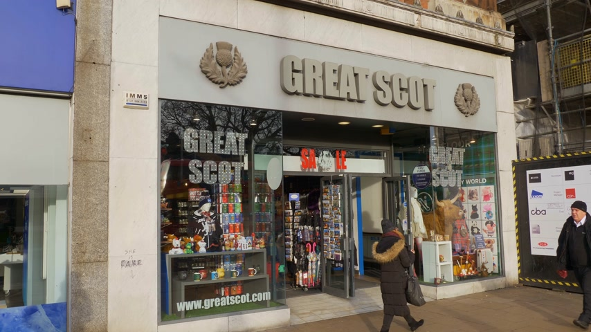 Great Scot souvenir shop in Edinburgh - EDINBURGH, SCOTLAND - JANUARY 10, 2020 Stock Footage
