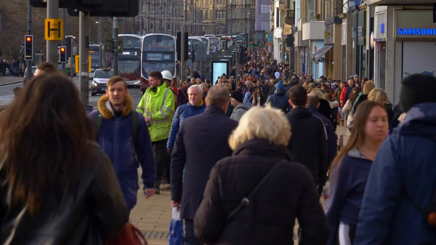 Princes Street Edinburgh is een populaire en drukke weg - EDINBURGH, SCHOTLAND - 10 JANUARI 2020