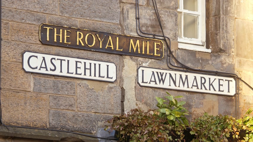 národní památka : Street signs Castlehill - Lawnmarket - Royal Mile in Edinburgh - EDINBURGH, SCOTLAND - JANUARY 10, 2020