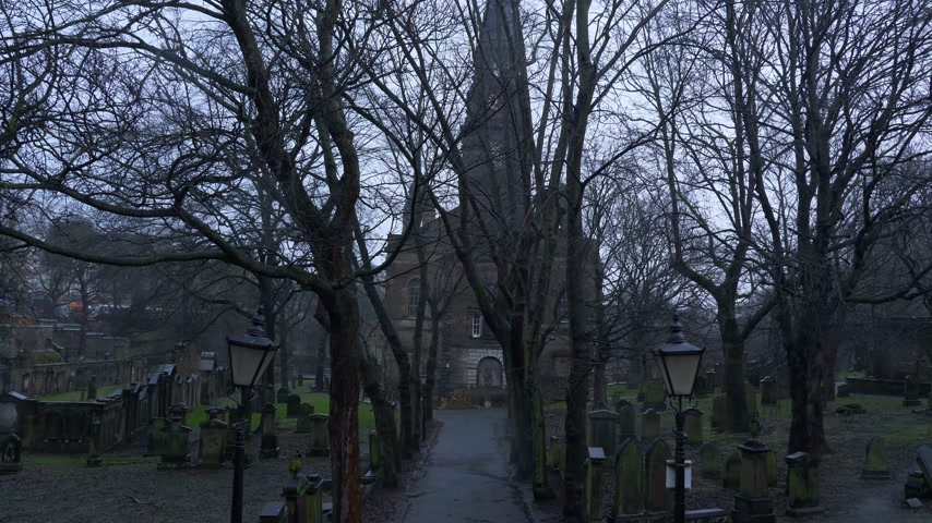 Begraafplaats bij St Cuthbert Church in Edinburgh - EDINBURGH, SCHOTLAND - 10 januari 2020 Stockvideo