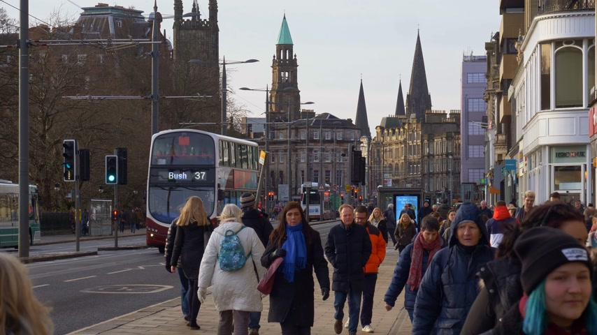 Lopend op Princes Street Edinburgh - EDINBURGH, SCHOTLAND - 10 JANUARI 2020