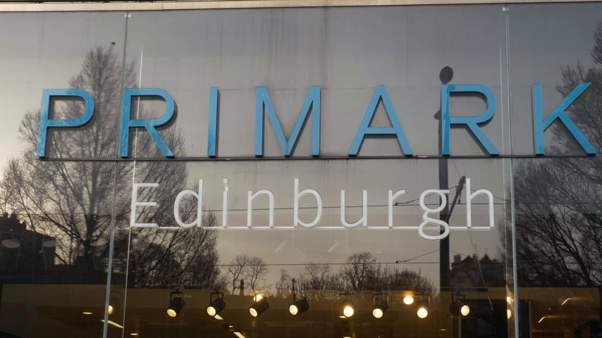 Winkelwinkel Primark Edinburgh - EDINBURGH, SCHOTLAND - 10 JANUARI 2020 Stockvideo