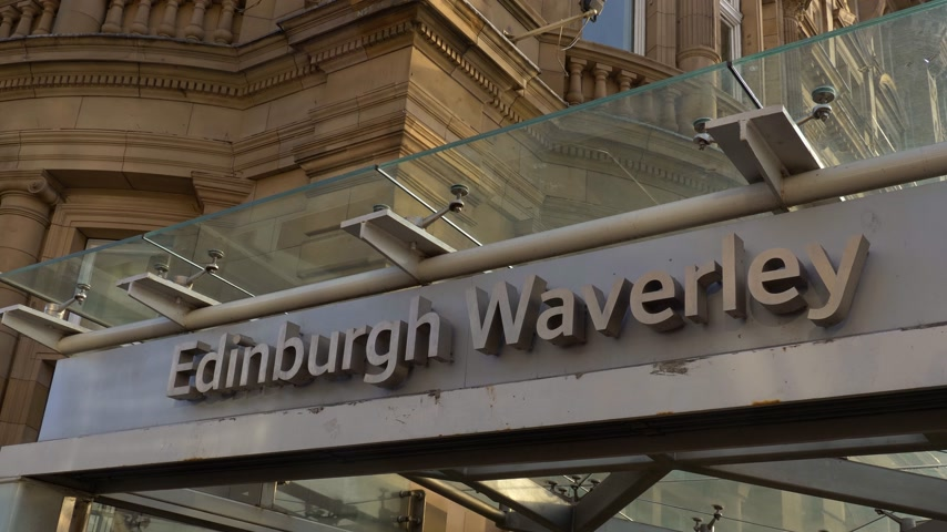 oude stad : Station Edinburgh Waverly - EDINBURGH, SCHOTLAND - 10 JANUARI 2020 Stockvideo