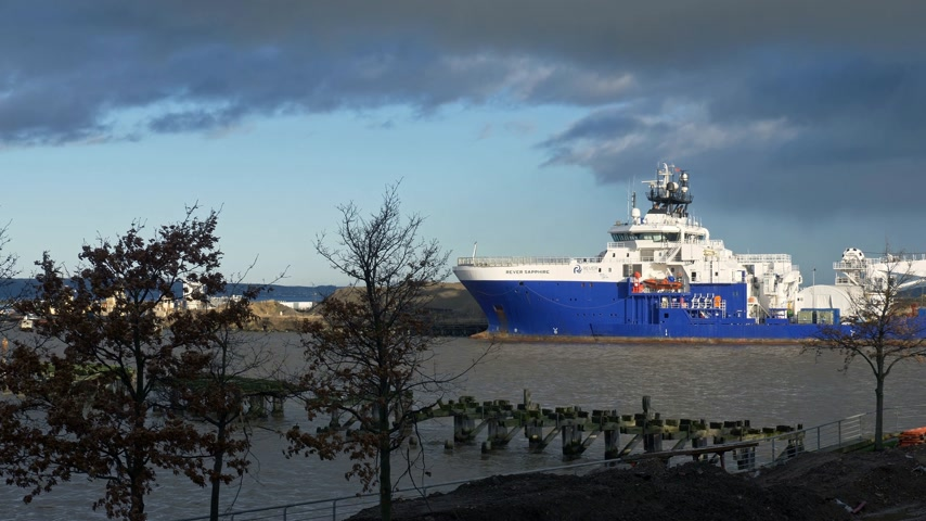 ilgi yeri : Edinburgh harbor at Ocean Terminal Leith - EDINBURGH, SCOTLAND - JANUARY 10, 2020