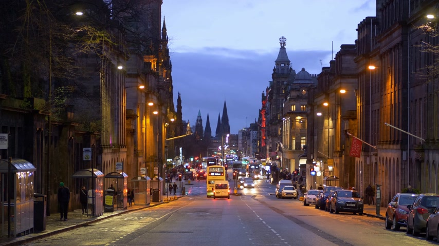 Mooie Princes Street in Edinburgh 's nachts - Edinburgh, Schotland - 10 januari 2020