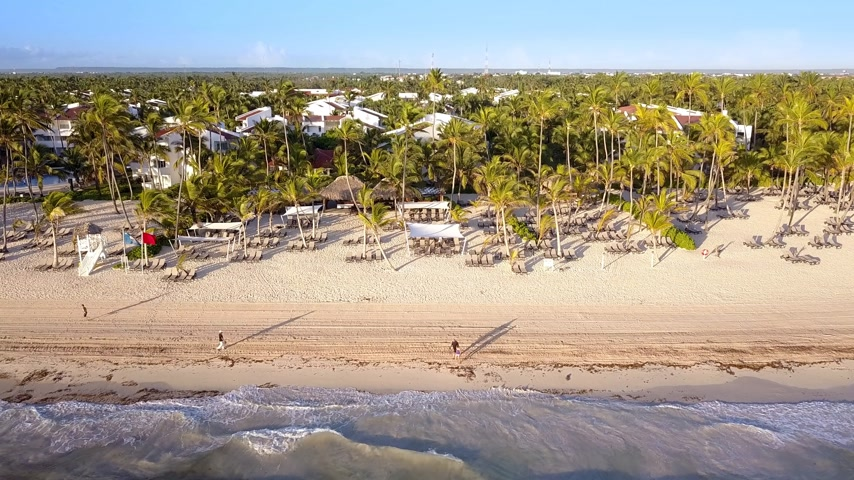 dominikana : Aerial view of a tropical beach on a sunny day. Bavaro Beach, Punta Cana, Dominican Republic. 4k drone video Wideo