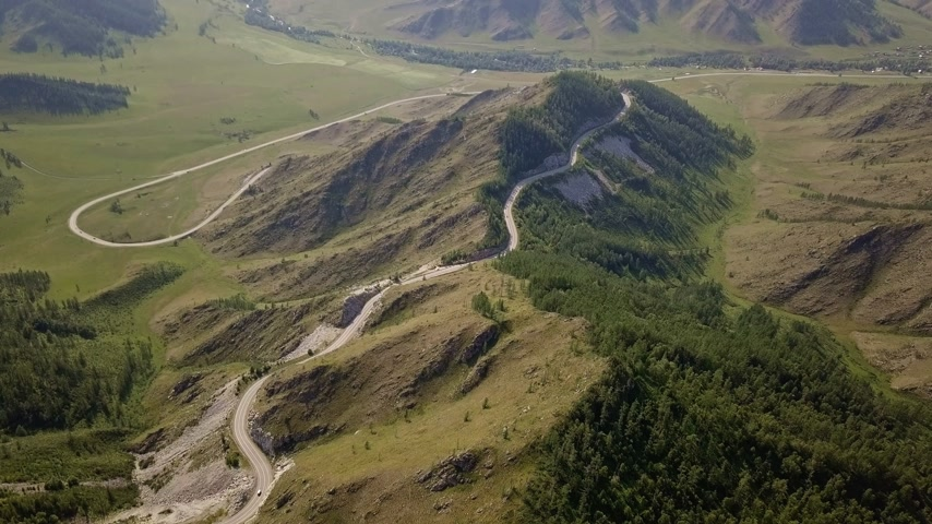 kabriolet : Amazing aerial flight over the mountain roads of Altai, Russia. The movement of cars along the winding road of the Chuysky tract. Highway through the mountain ranges Wideo
