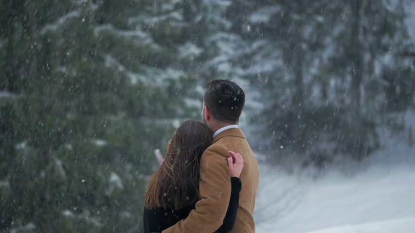 Couple Hugging in the Snow 2 Wideo