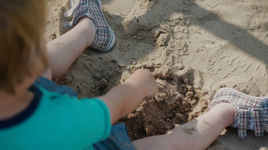 Kid Playing With Sand Wideo