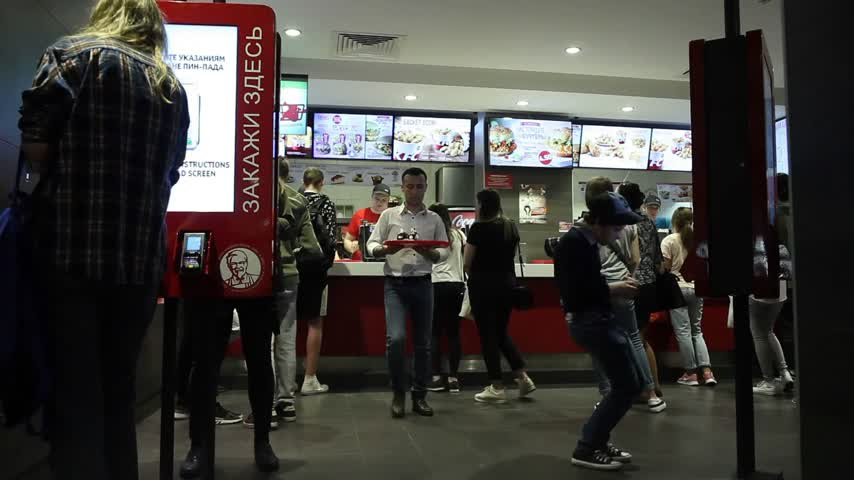 franczyza : Minsk, Belarus, May 3, 2018: People order food in a KFC Restaurant Wideo