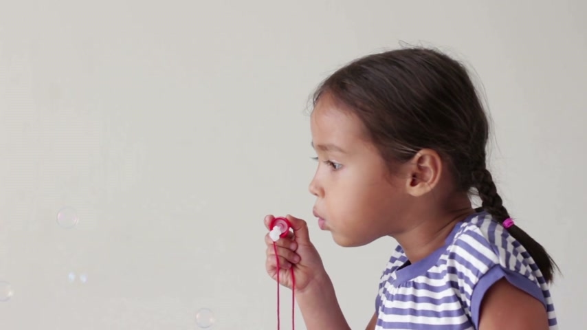 üfleme : cute little girl playing blowing bubble Stok Video