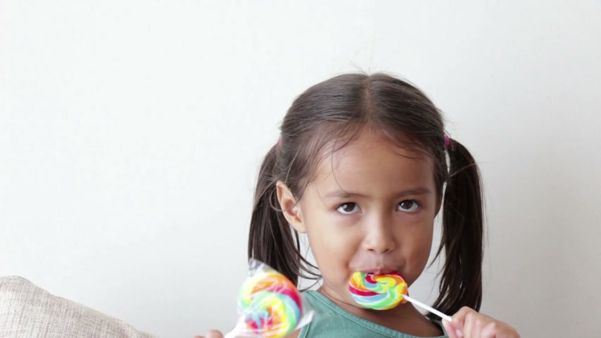 леденец : happy little girl with lollypop sweet candy Стоковые видеозаписи