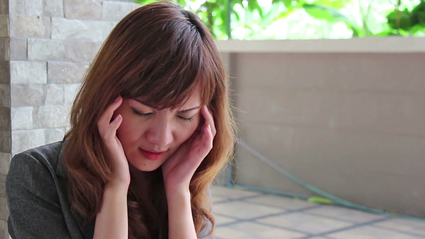 stres : asian woman suffers from headache, migraine, stress, insomnia, hangover