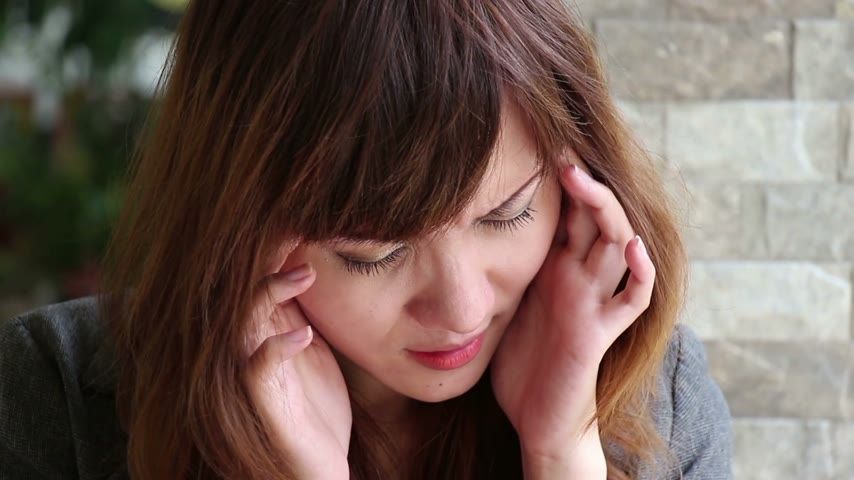 mal : asian woman suffers from headache, migraine, stress, insomnia, hangover