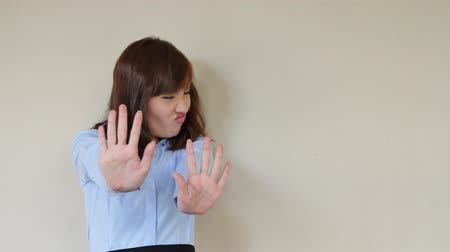 výraz : unhappy businesswoman showing rejecting hand gesture