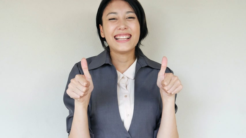 polegar : confident, happy business woman giving thumb up gesture