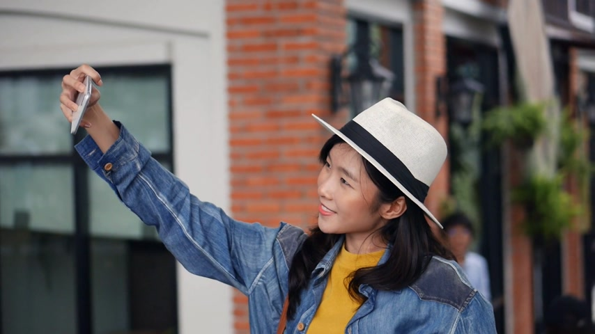 Young asian woman using smartphone take photo around community mall. Beautiful asian girl tourist travel making selfie. Wideo