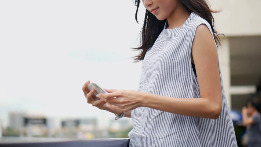 Beautiful asian woman taking selfies on a smartphone. Young asian girl tourist travel to thailand. Стоковые видеозаписи