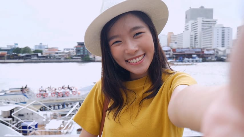 kaew : Beautiful asian woman taking selfies on a smartphone. Young asian girl tourist travel to thailand. Stock Footage