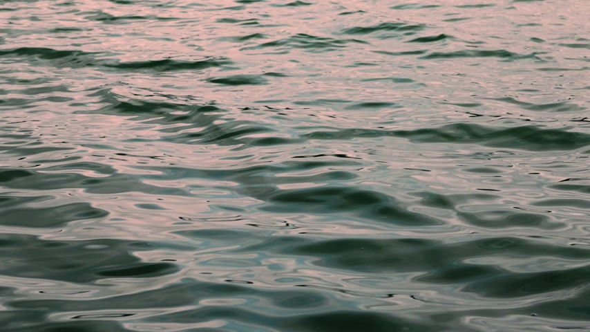 Water surface splash, sunset. Wideo
