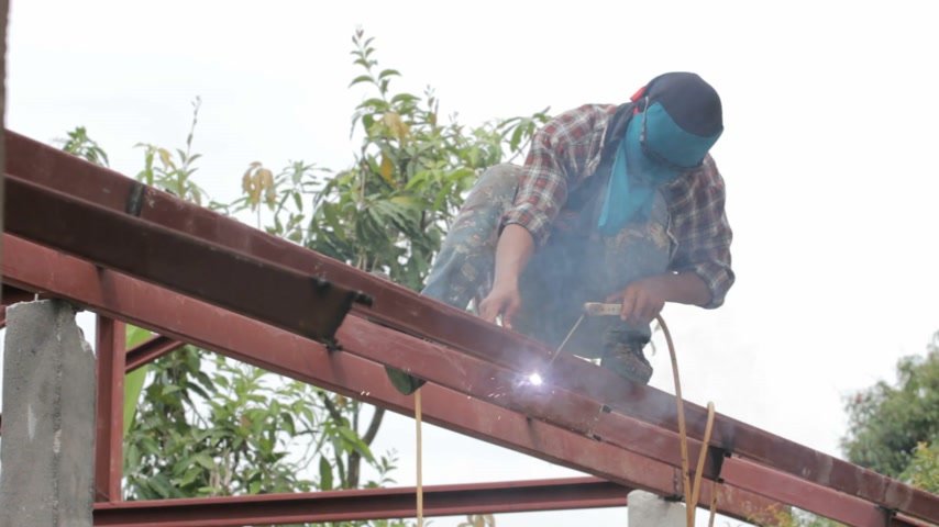 spawanie : Welder at work on the roof Wideo