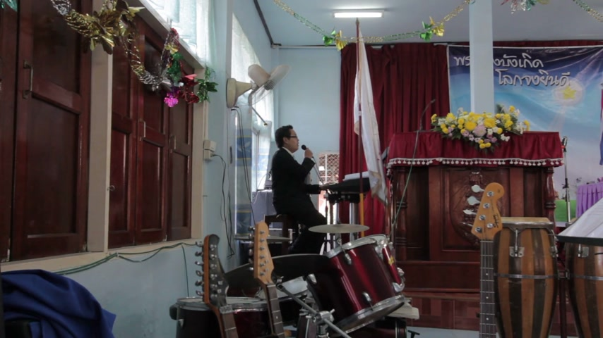 üvez ağacı : CHIANGRAI, THAILAND - DECEMBER 7: Unidentified man in front of the church making ritual in christian church on December 7, 2014 in Chiangrai, Thailand.