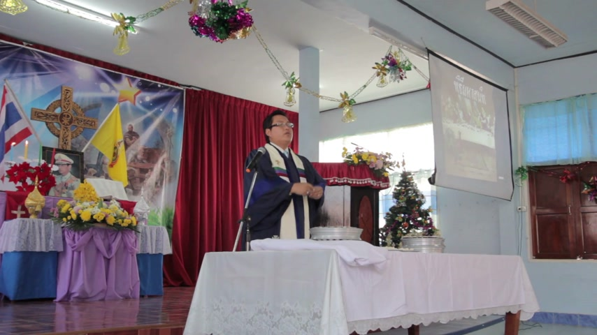 sacramental : CHIANGRAI, THAILAND - DECEMBER 7: Unidentified people join communion ritual Eucharist in christian church on December 7, 2014 in Chiangrai, Thailand.