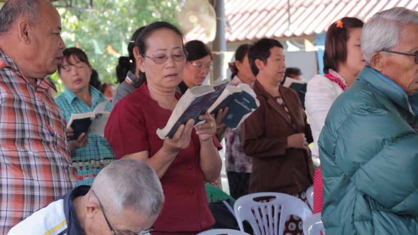 pessoal : CHIANGRAI, THAILAND - DECEMBER 14: unidentified people join Christmas ritual at old folks home on December 14, 2014 in Chiangrai, Thailand. Some singers sing Christmas song.