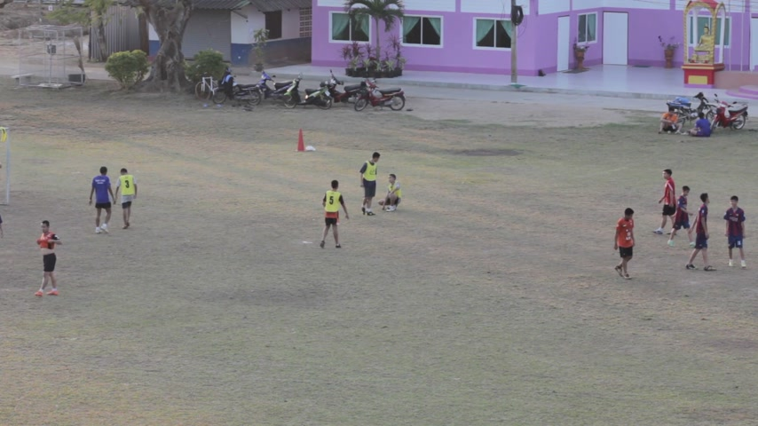 premier : CHIANG RAI, THAILAND - JANUARY 18: unidentified soccer players playing in the field wide shot on January 18, 2015 in Chiang rai, Thailand. Stock Footage