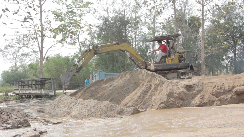 şantiye : bulldozer working on sand dune Stok Video