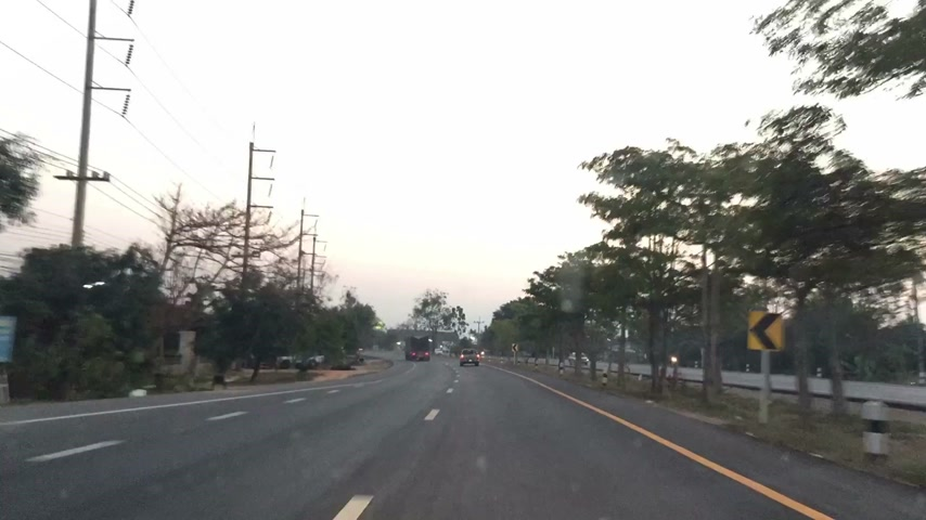 encruzilhada : POV Time Lapse Driving on the road between town in the morning or the evening, Thailand