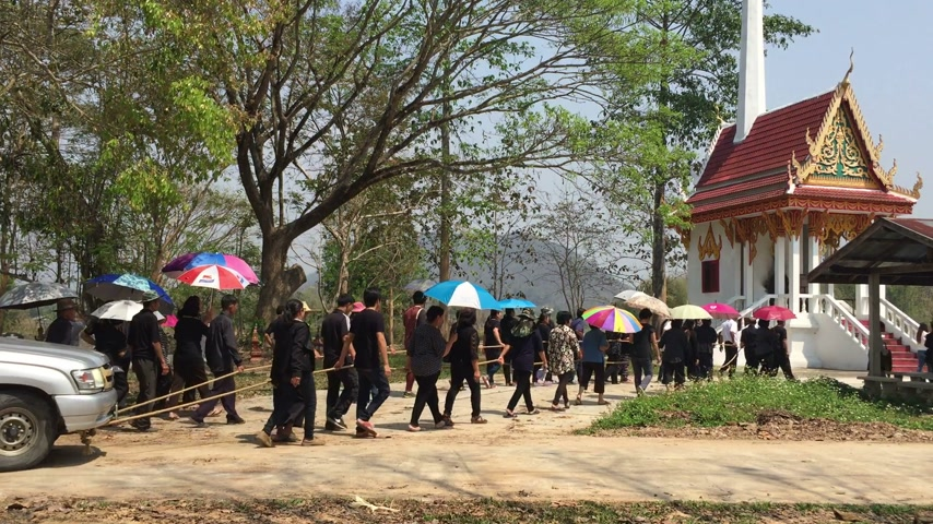 trumna : CHIANG RAI, THAILAND - MARCH 2 : Unidentified people respecting dead person before cremation on March 2, 2016 in Chiang rai, Thailand.