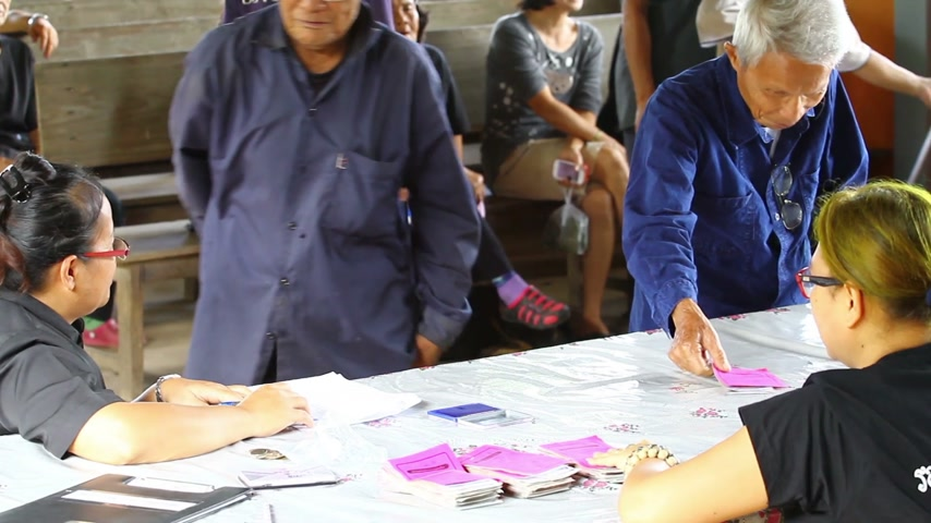 аккуратный : CHIANG RAI, THAILAND - OCTOBER 27 : unidentified Thai leprosy old people get welfare allowances for persons with disabilities and elderly care on October 27, 2016 in Chiang rai, Thailand.