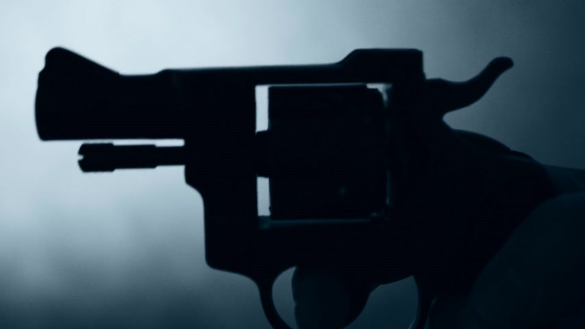 záběry : silhouette of a mans hand with a handgun,real time