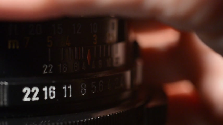 into focus : Lens comes into focus in real time without sound, no camera movement