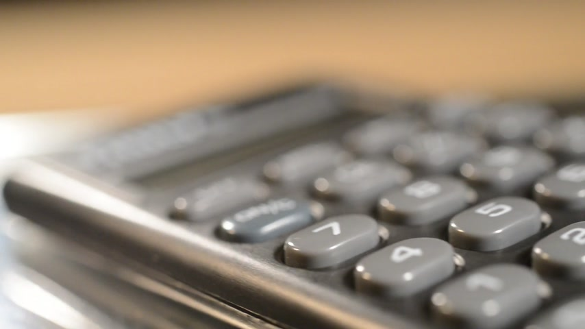 бухгалтер : Detail of calculator. Shallow depth of field. The calculator moves around. Стоковые видеозаписи