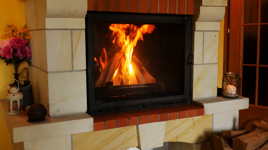 smolder : Fireplace in the Livingroom. Panning.