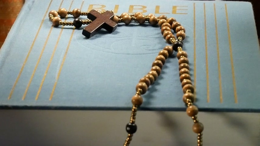 senhor : Wooden Rosary on the Bible. Paning Vídeos