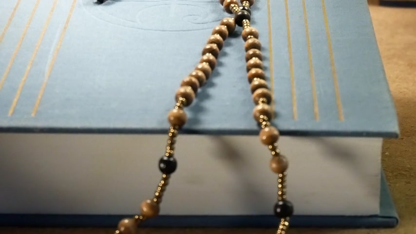 senhor : Wooden Rosary on the Bible. Mr.