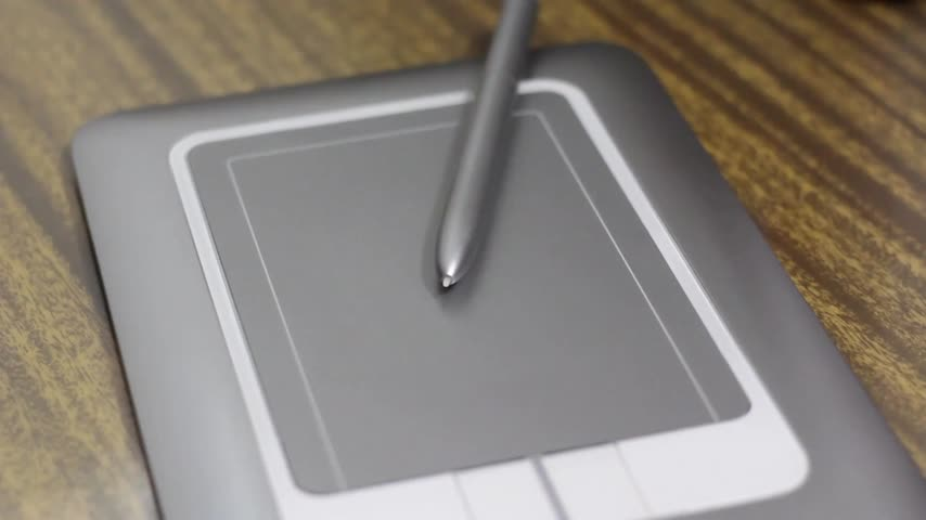 vonalvezetés : Man draws a pen on tablet lying on table close up