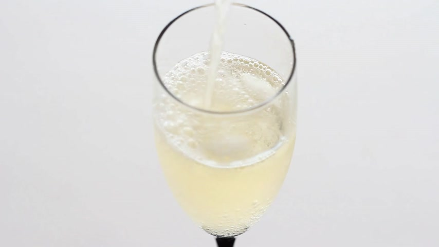 šampaňské : A glass of champagne gold with bubbles.  Dostupné videozáznamy