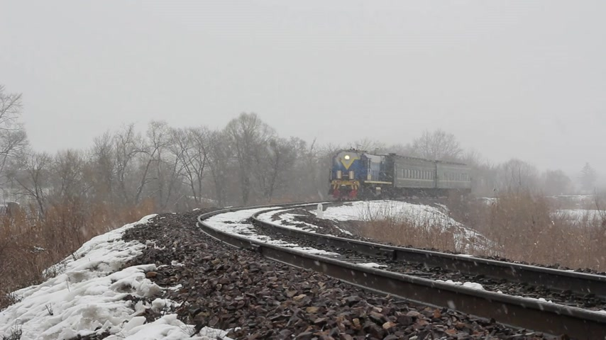lokomotif : Passenger train on the railway in the winter woods. Stok Video